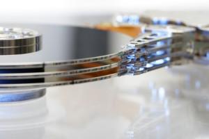 Magnetscheiben einer Festplatte in der Seitenansicht